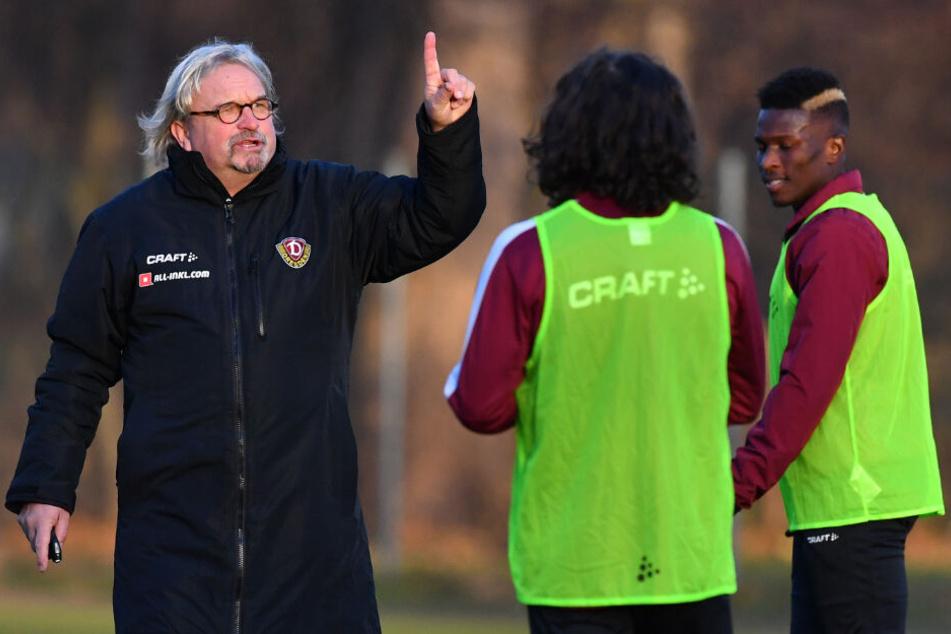 Im Training gibt Heiko Scholz gleich Kommandos, so wie hier an Matthäus Taferner und Moussa Koné.