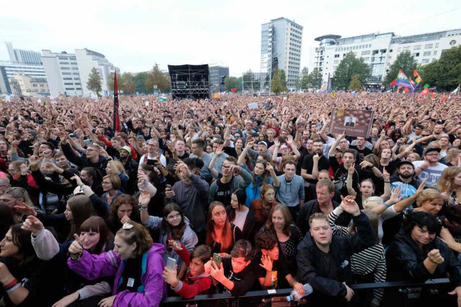 Bei dem Konzert unter dem Motto #wirsindmehr hatten rund 65.000 Menschen weitgehend friedlich gefeiert.