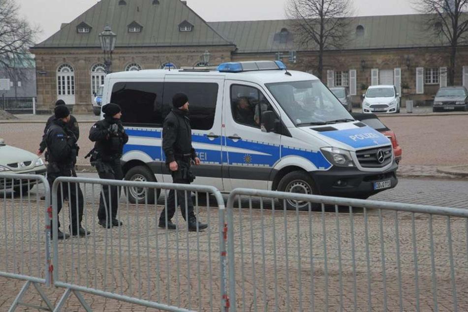 Auf dem Theaterplatz sind Polizisten vor Ort, um die Kunstwerke zu schützen.