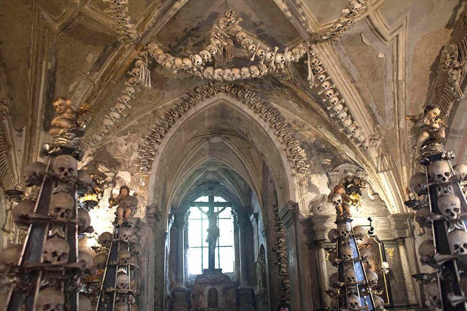 Beeindruckend! Im Inneren der Allerheiligenkirche finden sich zahlreiche menschliche Schädel und Gebeine.