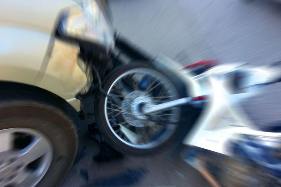 Motorradfahrer von Auto angefahren: 16-Jähriger schwer verletzt