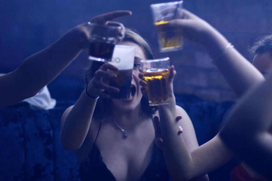 Party machen: Diese jungen Frauen denken sich - wie so viele andere Menschen weltweit - nichts dabei, sich mit alkoholischen Getränken abzuschießen.