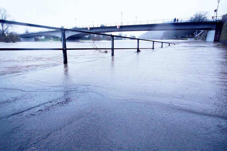 Die Radwege an der Weser sind überflutet.