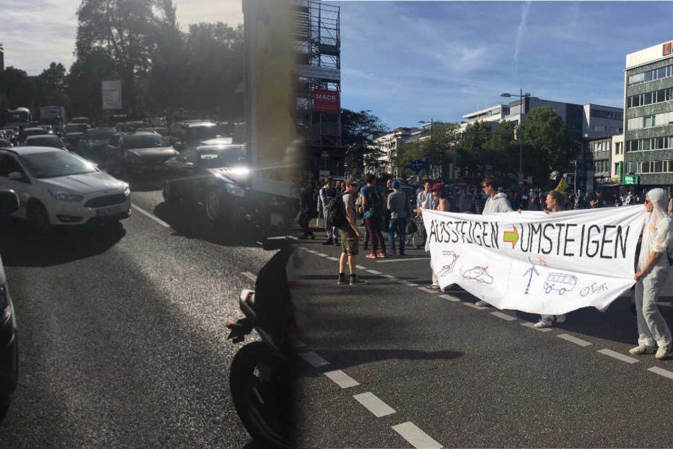 Auf der Theodor-Heuss-Straße (links im Bild) kommt es zu Verkehrsbeeinträchtigungen durch die Straßenblockade. (Fotomontage)