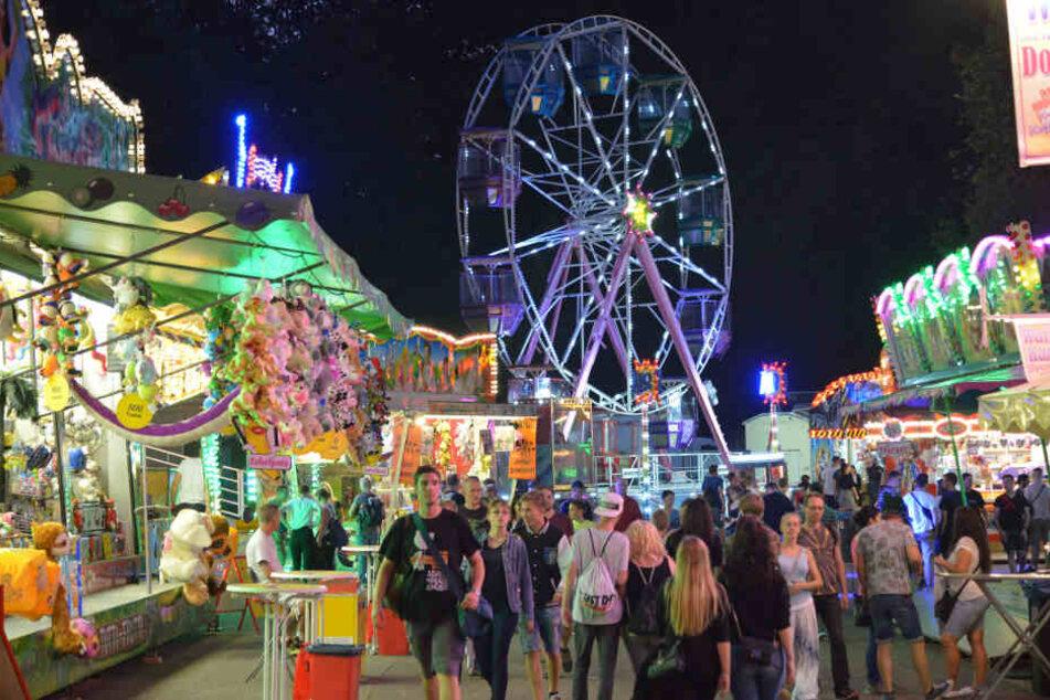 Die Schausteller auf dem Hartmannplatz begeistern vor allem junge Gäste mit Fahrgeschäften.