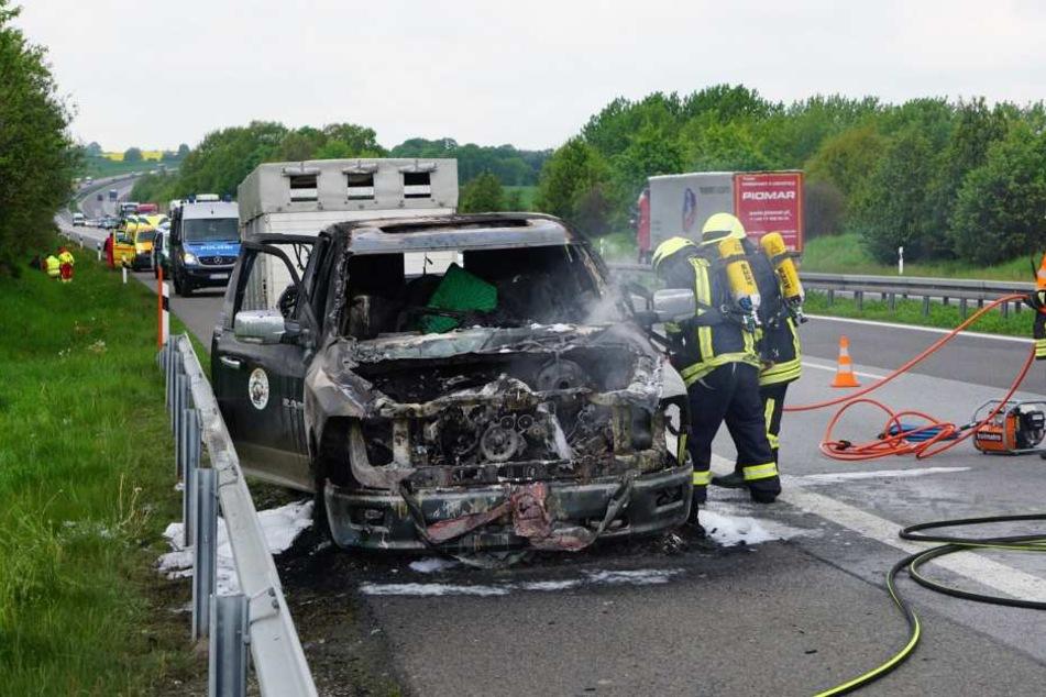 Die Feuerwehr konnte den Brand löschen, der Fahrer wurde in ein Krankenhaus gebracht.