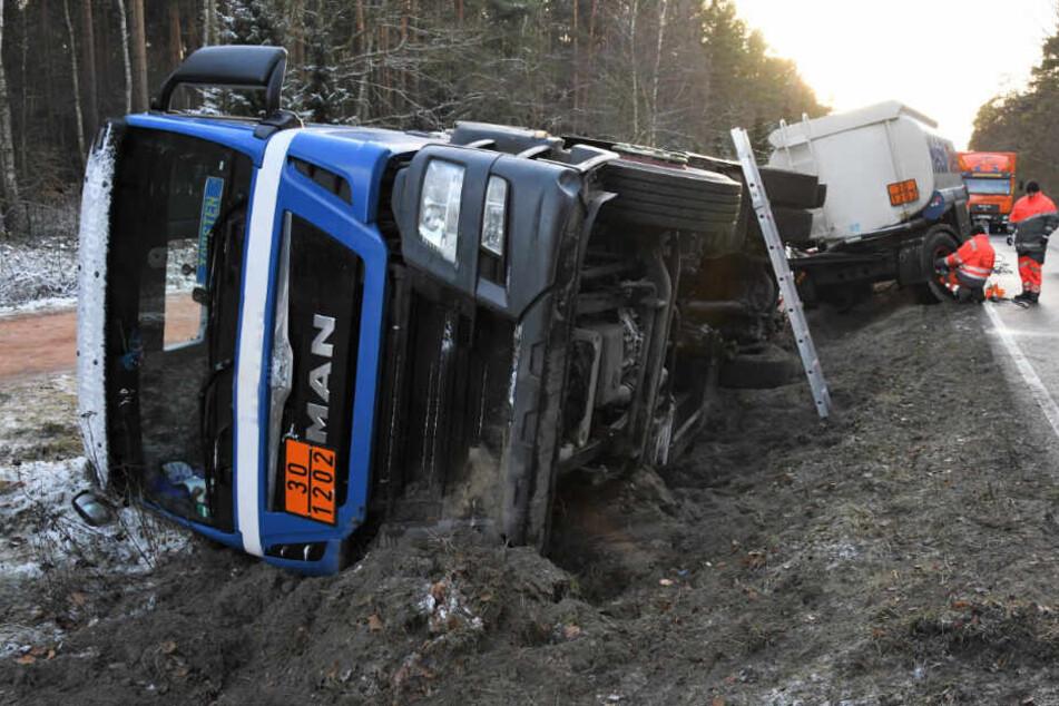 Die Unfallstelle am Freitagmorgen: Der Lkw war bei dem Unfall umgekippt.