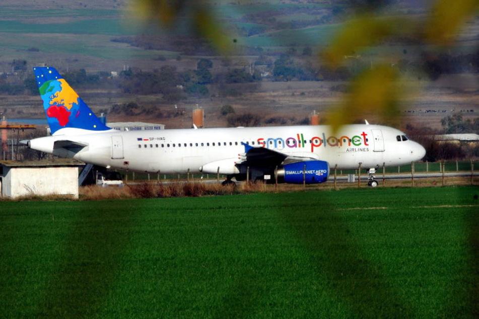 """Ein """"Small Planet Airlines""""-Airbus A320 auf einem Flughafen."""