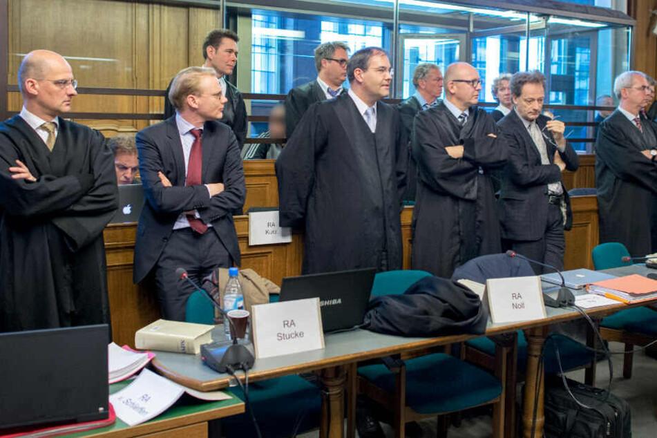 Die Verteidiger der Angeklagten stehen vor Prozessbeginn gegen Berliner Hells-Angels-Rocker im Gerichtssaal im Kriminalgericht. (Archivbild)