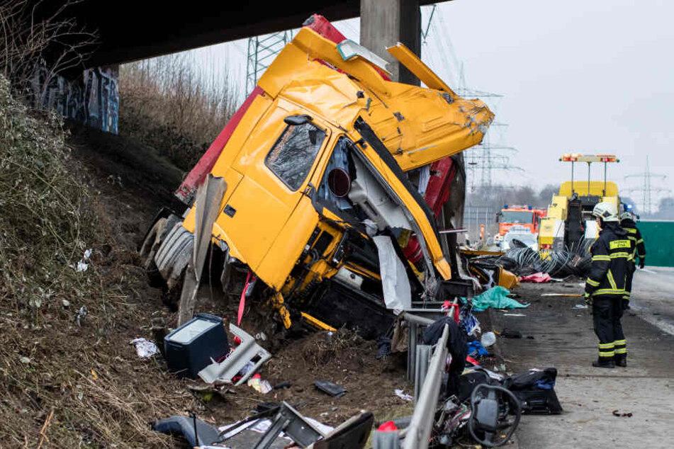 Der Fahrer prallte mit dem Lkw gegen den Brückenpfeiler.