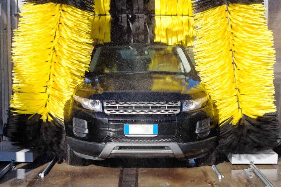 In NRW müssen Auto-Waschanlagen sonntags aussetzen (Symbolbild).