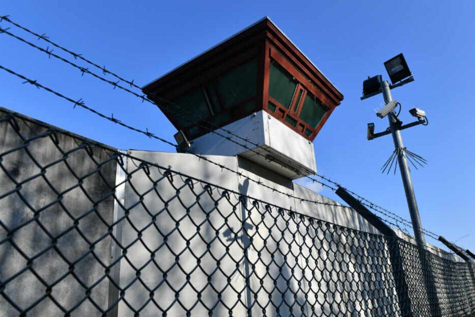 Sicherheitsleuchten und Überwachungskameras sind vor einem Gebäude auf dem Gelände der Justizvollzugsanstalt Tegel zu sehen. (Archivbild)