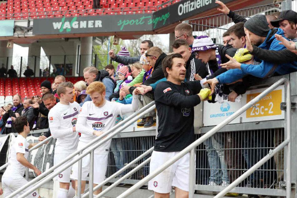 Die FCE-Fans sind eine Wucht. Über 4000 waren mit in Nürnberg und  unterstützten das Team. Kapitän Martin Männel bedankte sich nach dem Spiel  dafür. Auch gegen Hannover werden sie wieder hinter der Mannschaft stehen, die  Partie ist so gut wie ausverkauf