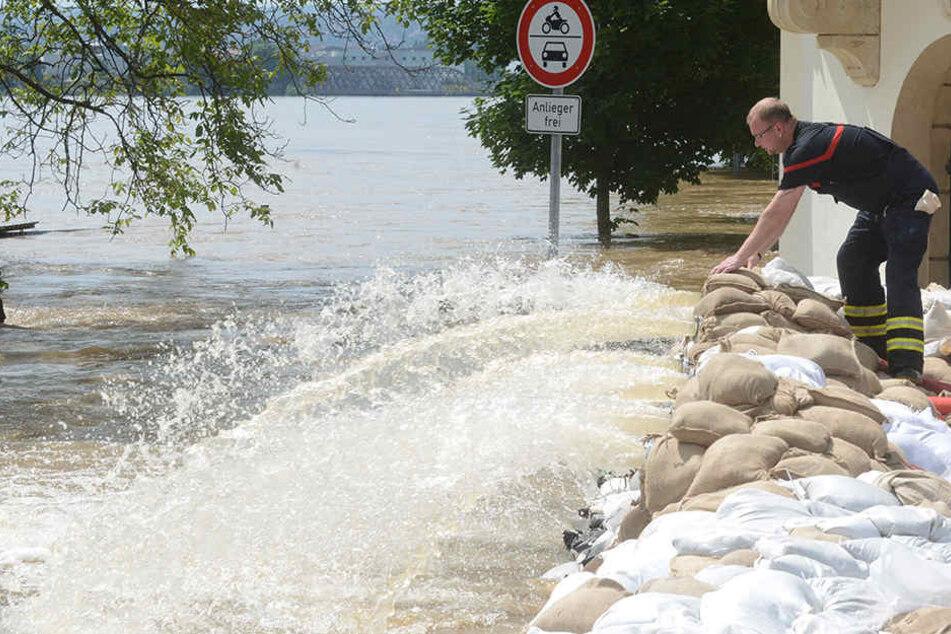 Sachsen steckt mehr Geld in den Hochwasserschutz. (Archivbild)