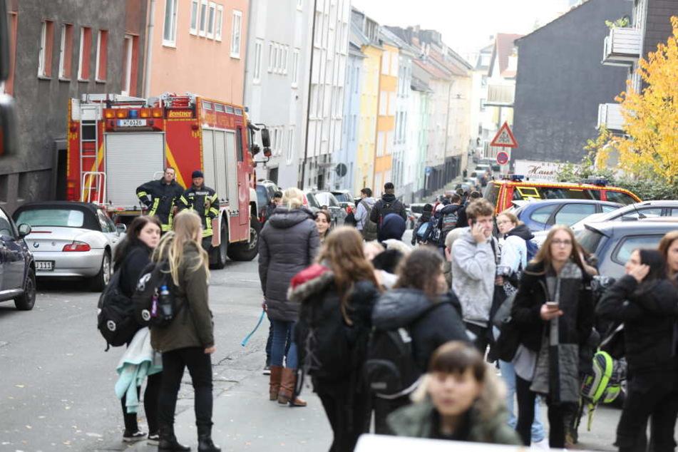Zahlreiche Schüler musste das Gebäude verlassen.