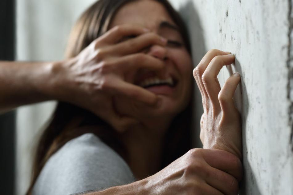 Die Studentin konnte den Mann durch einen Biss in den Hals vertreiben. (Symbolbild)