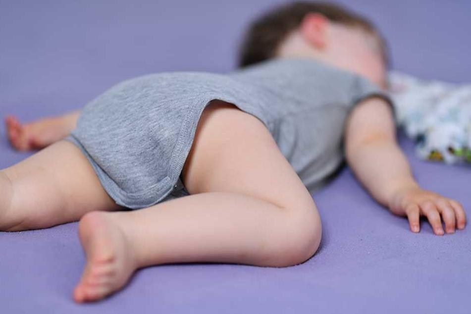 Nachdem Papa ihn müde gemacht hat, bringt Mama ihn zum Einschlafen (Symbolbild).