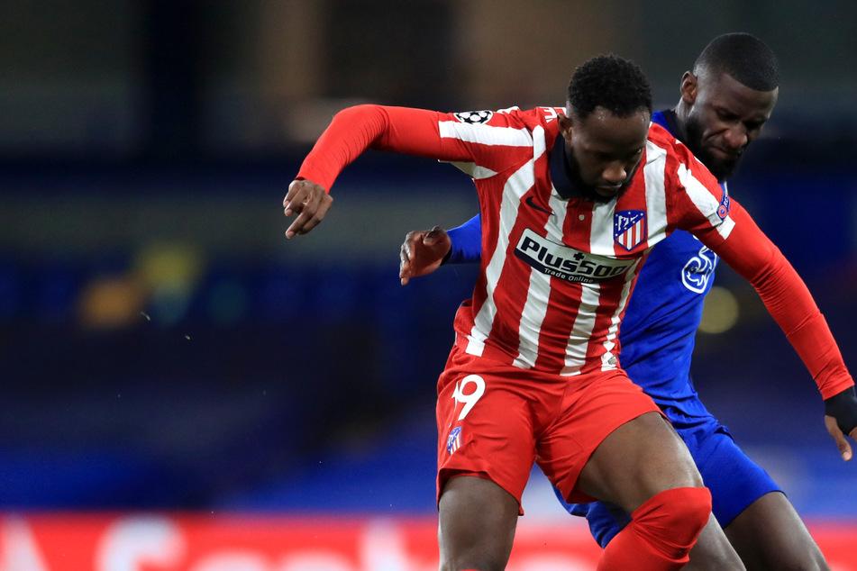 Moussa Dembélé (24, links) hier in der Champions League im Duell mit Chelsea-Verteidiger und Nationalspieler Antonio Rüdiger (28) soll zu niedrigen Blutdruck gehabt haben.