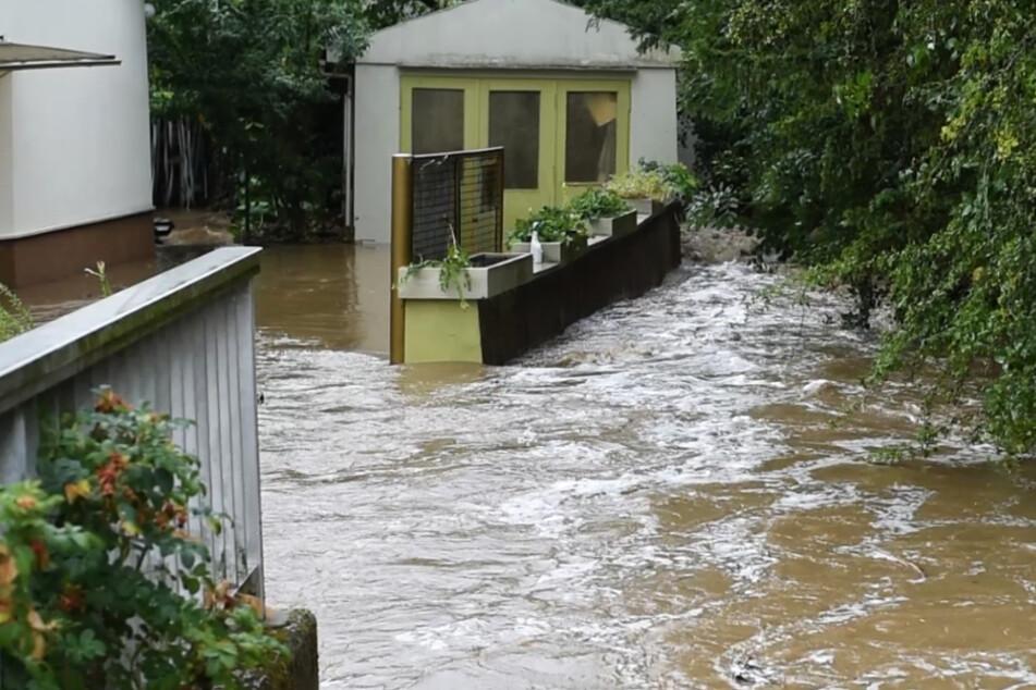 Die Aufnahme dokumentiert Überschwemmungen nach einem Unwetter in Kelkheim am gestrigen Freitag.