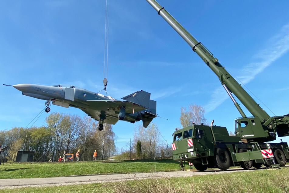 Für den ausrangierten Kampfjet ging es vom NATO-Flugplatz Zell in Neuburg an der Donau in die Wilhelm-Frankl-Kaserne.