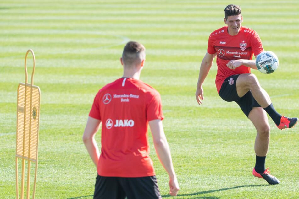Stürmerstar Mario Gomez am Ball, Sasa Kalajdzic ist mit dem Rücken zugewandt.