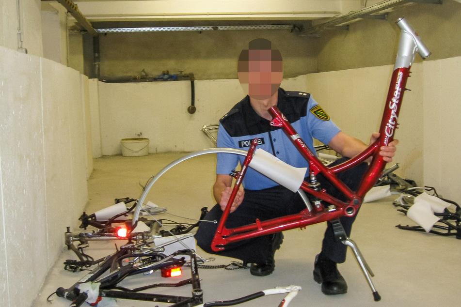 Im Keller der jetzt durchsuchten Polizeidienststelle wurden früher sichergestellte Fahrräder und Fahrradteile gelagert, die Polizisten Diebesbanden abgenommen hatten.