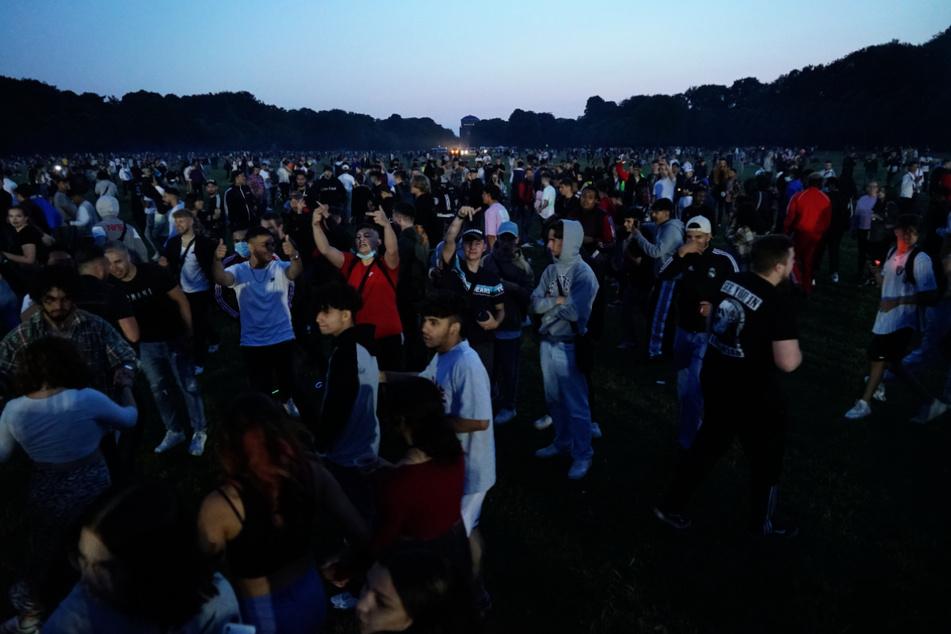 Zu Spitzenzeiten waren etwa 2500 Menschen im Stadtpark am Feiern.