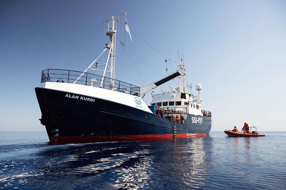"""Auf dem blockierten deutschen Rettungsschiff """"Alan Kurdi"""" vor Sizilien verzweifelten die Migranten zunehmend. Nun durften sie das Schiff verlassen."""