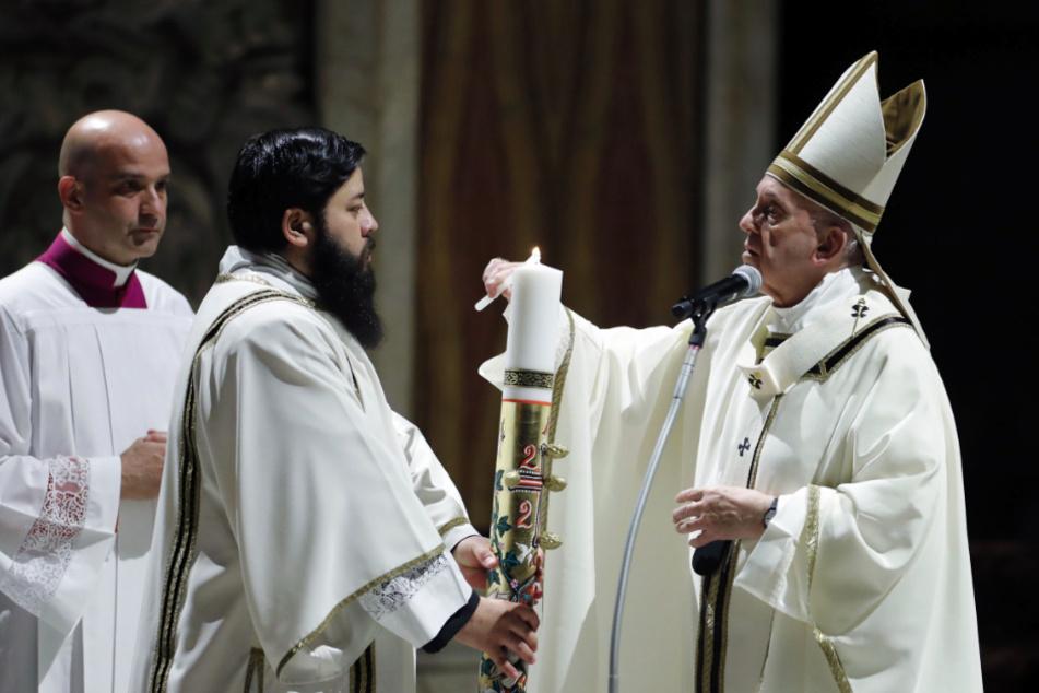 Bei dem Gottesdienst im riesigen Petersdom, der Zehntausende Besucher fasst, waren nur wenige Würdenträger und Gläubige dabei.