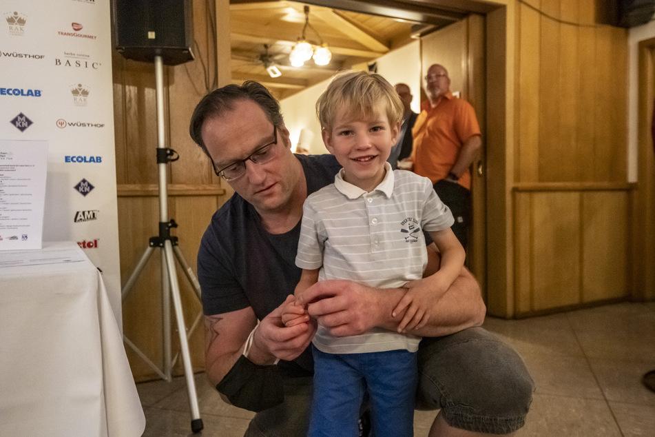 Daniel Weiß (41) mit seinem Sohn Emilian (5). Das Kind stand im Mittelpunkt des kulinarischen Abends.