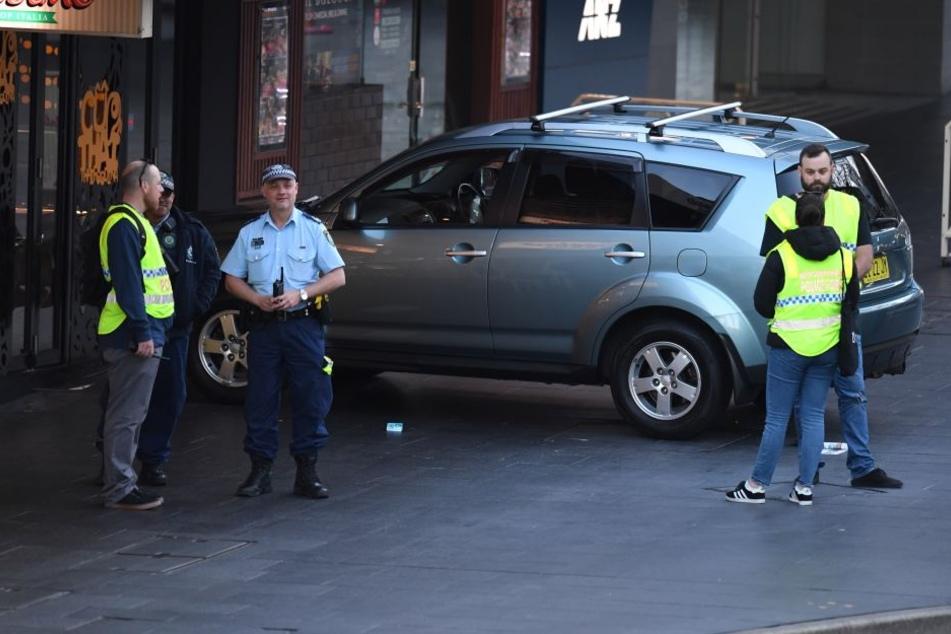 Der Fahrer des Autos fuhr in ein Einkaufszentrum.