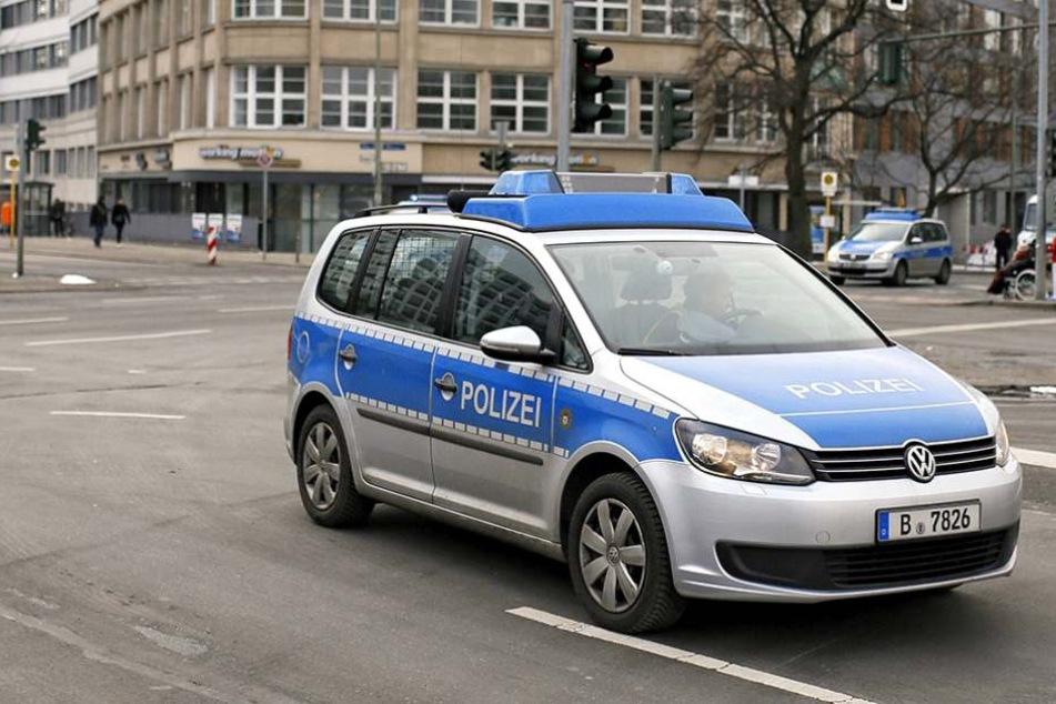 An einem Streifenwagen der Berliner Polizei hinterließ ein Mädchen einen Strafzettel.