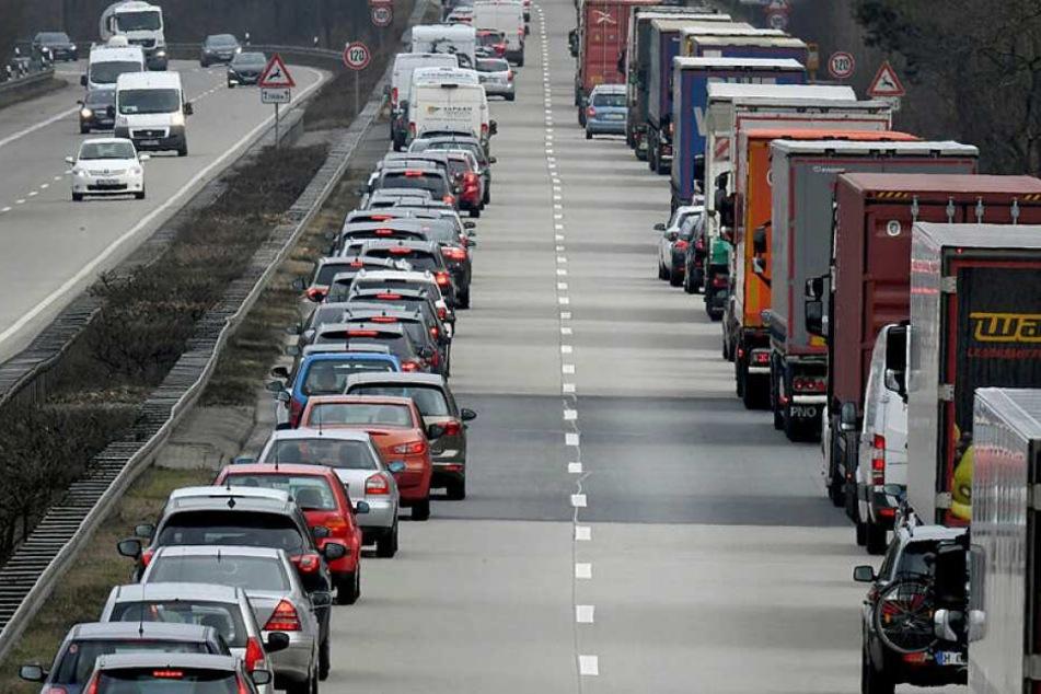 Wer künftig keine Rettungsgasse bildet, soll mehr als 300 Euro zahlen.