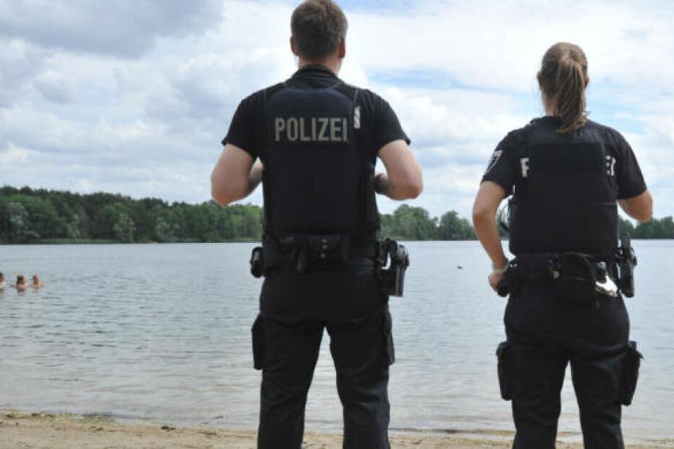 Schock für Badegäste! Mann taucht mit mehreren Nazi-Tattoos an See auf
