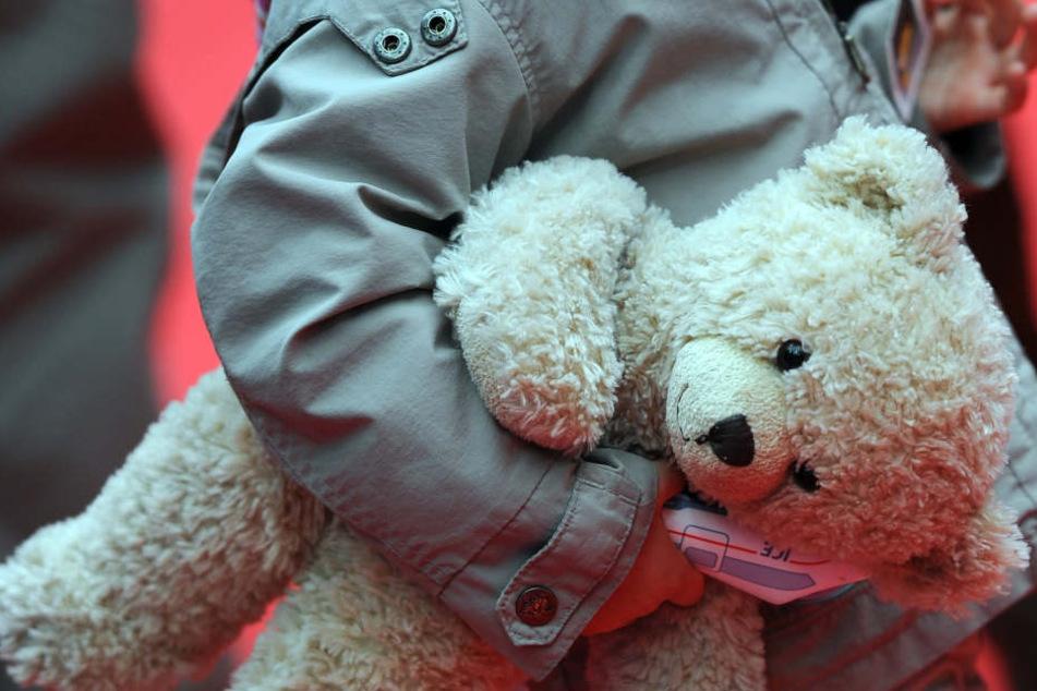 Mehr als zwei Jahre lang wurde der Junge von der Mutter und dem Tatverdächtigen sexuell missbraucht. (Symbolbild)
