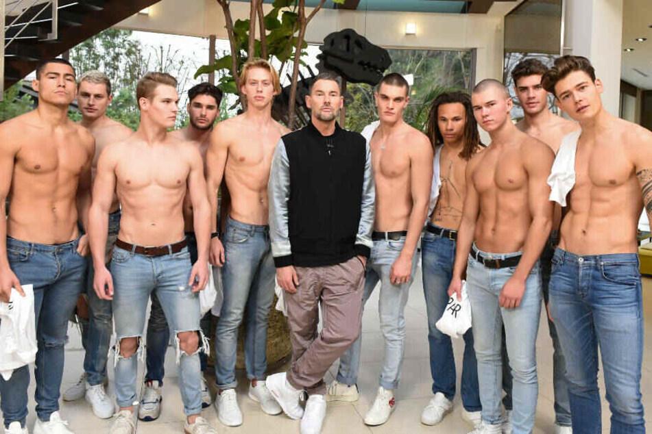 Gast-Juror Michael Michalsky (mi.) hat zehn Male Models mit in die Model-Villa gebracht.