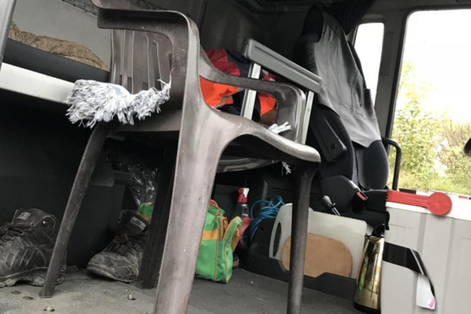 Die Beifahrerin fuhr auf diesem Gartenstuhl auf der Autobahn während das Kind auf dem Bett im Führerhaus spielte