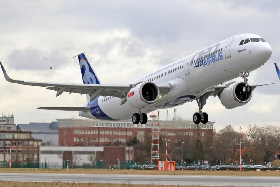 Ein Flugzeug vom Typ Airbus A321neo hebt vom Werksgelände in Hamburg-Finkenwerder ab. (Archivbild)
