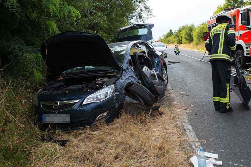 Die Opelfahrerin musste von der Feuerwehr aus dem Wrack befreit werden.