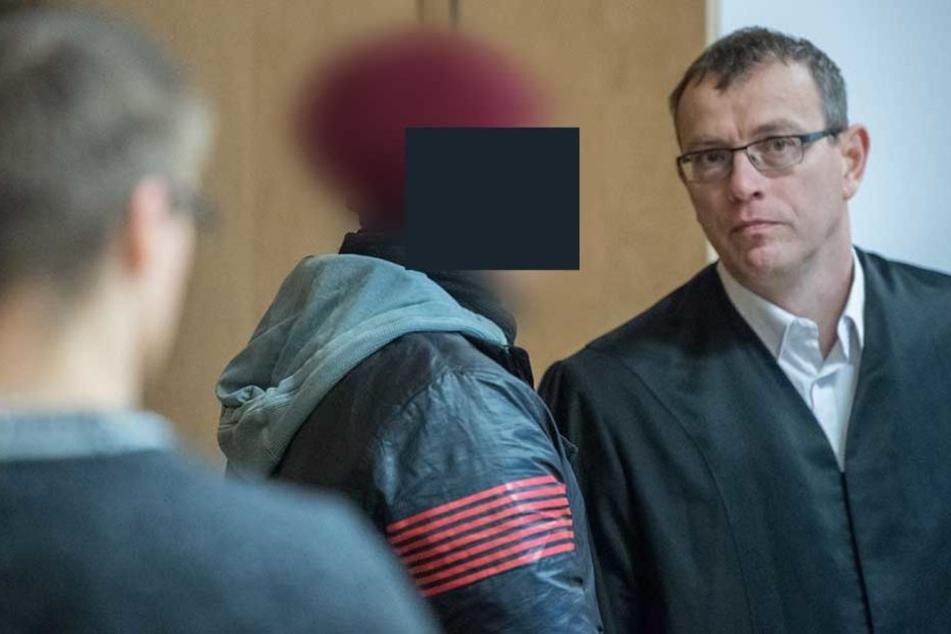Der 25-jährige steht wegen Dreifachmordes vor Gericht.