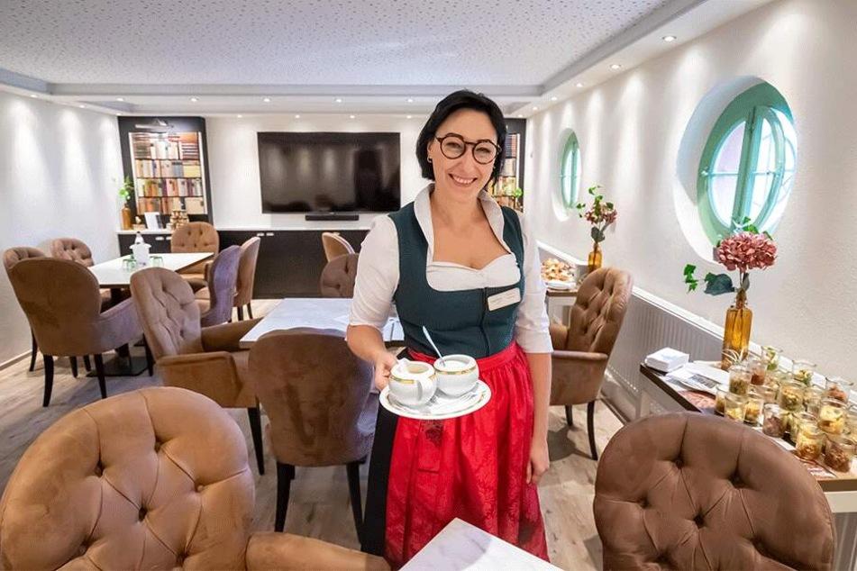 "Christin Neubert (35) serviert in der neuen Hotelbar ""Silberkeller""."