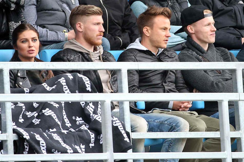 Stammplatz Tribüne: Hier saß Fabian Stenzel (M.) in der Rückrunde oft. Links Teamkollege Philip Türpitz, rechts Tom Scheffel.