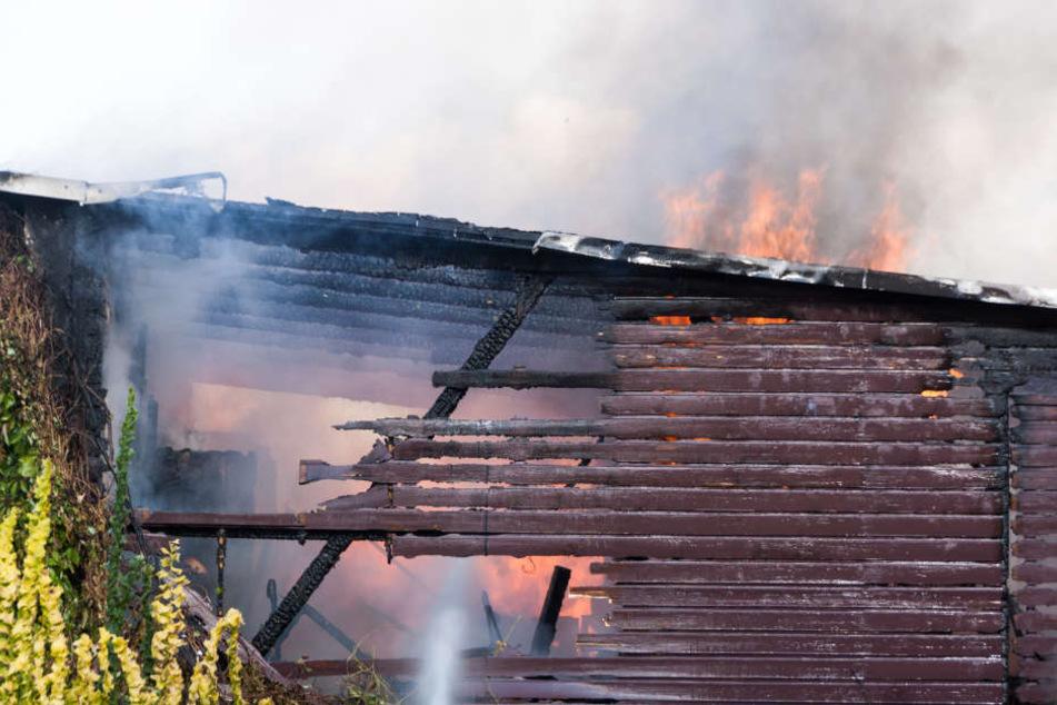 Beim Verlegen von Dachpappe fing der Schuppen plötzlich Feuer.