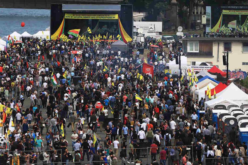 Das Demonstrationsgelände war umgeben von Informations- und Verkaufsständen.