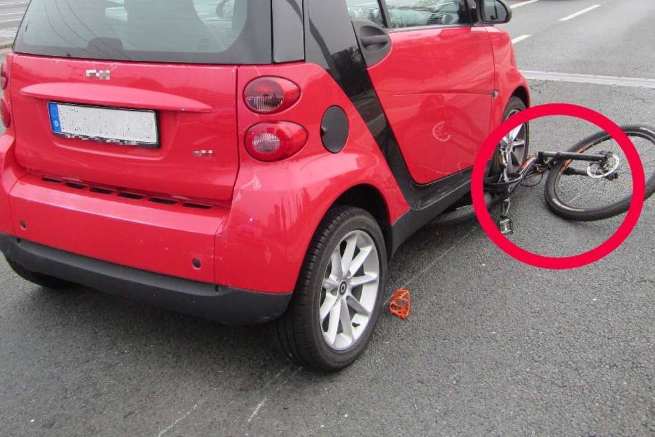 Das Fahrrad geriet unter die Räder des Smart.