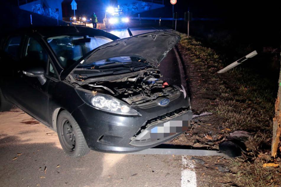 In einer Rechtskurve war der Mann mit seinem Auto von der Fahrbahn abgekommen und gegen einen Baum geprallt.