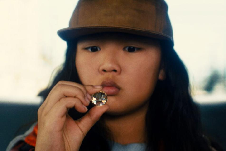 Cassandra Cain (Ella Jay Basco) stiehlt einen wertvollen Diamanten, weshalb Gothams Bösewichte hinter ihr her sind.