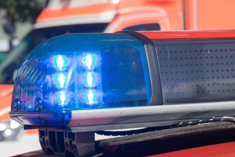 Ladung verrutscht: Lkw-Fahrer kippt auf Auto und wird lebensgefährlich verletzt