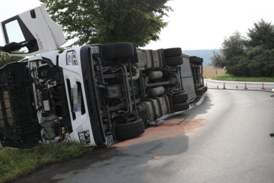 Sattelzug kippt aus Kreiselausfahrt: 200 Liter Diesel laufen aus
