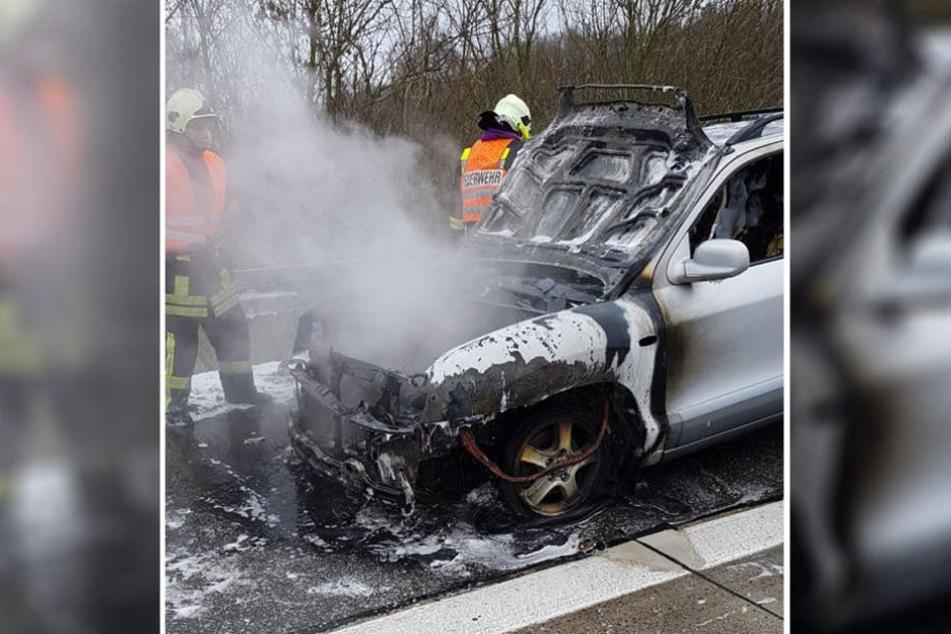 Löscharbeiten nach technischem Defekt auf dem Standstreifen der A19 Richtung Rostock.